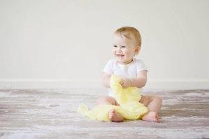 Bebé con chupetero personalizado